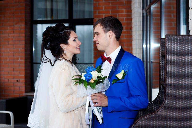 het huwelijk, de bruid en de bruidegom die enkel werden gehuwd binnen schieten royalty-vrije stock fotografie
