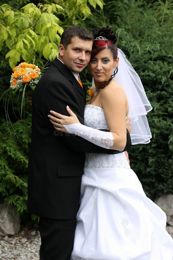 Het huwelijk omhelst stock afbeeldingen
