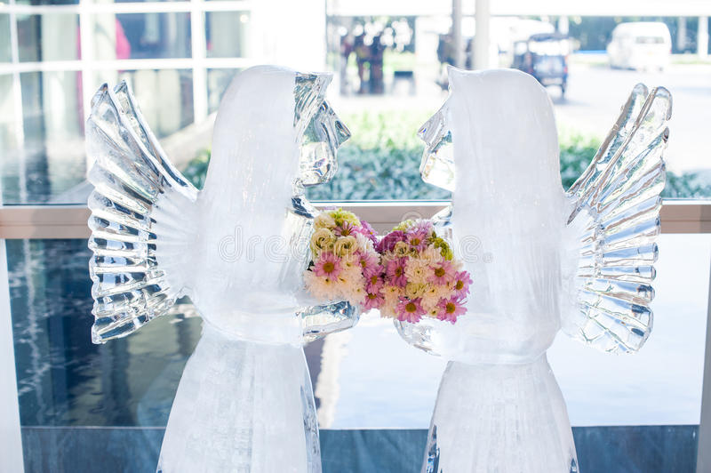 Het huwelijk van het ijsbeeldhouwwerk met boeket van bloem voor ontvangst in huwelijkspartij stock afbeelding
