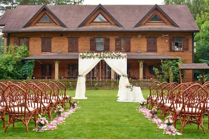 Het huwelijksceremonie van de huwelijksboog in openlucht royalty-vrije stock afbeeldingen