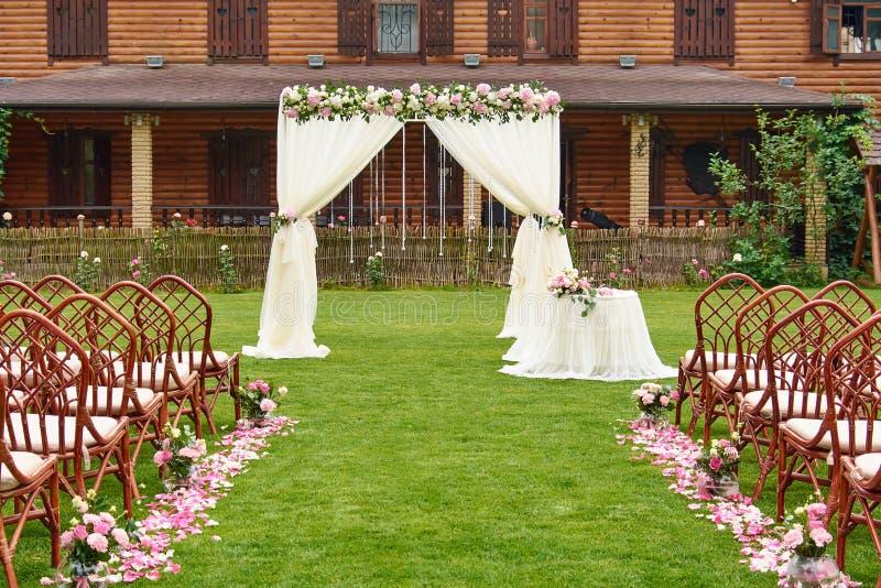 Het huwelijksceremonie van de huwelijksboog in openlucht royalty-vrije stock fotografie