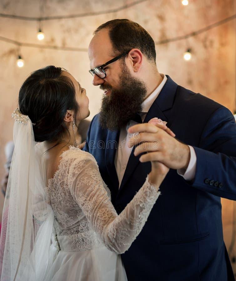 Het huwelijksdag van de bruid en van de bruidegom stock afbeeldingen