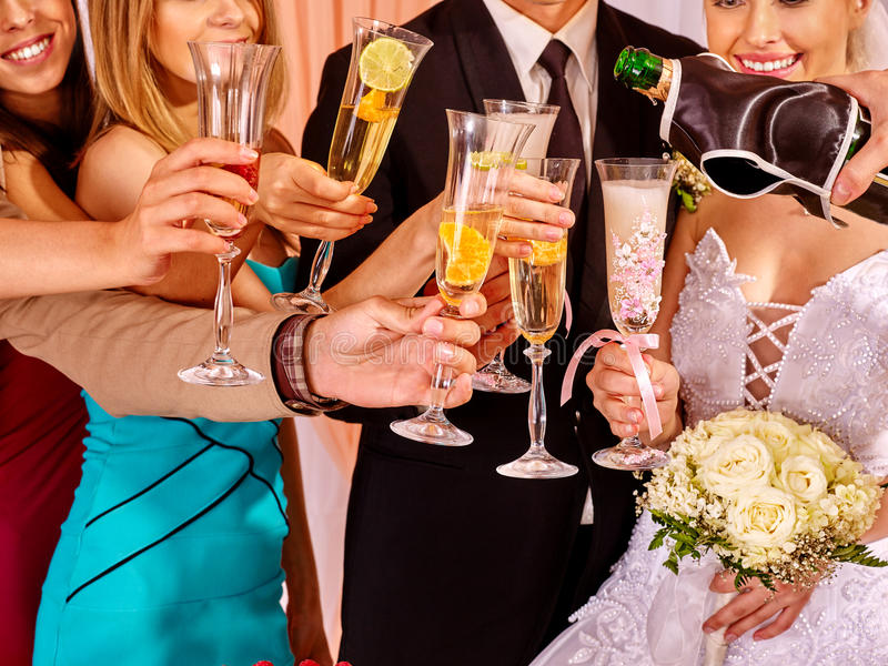 Het huwelijksglas van de handholding stock foto