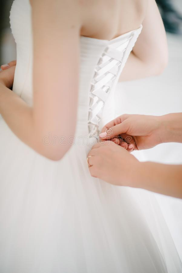 Het huwelijkskleding van het bruid witte kant Bruidhulp gezet op de huwelijkskleding stock afbeelding