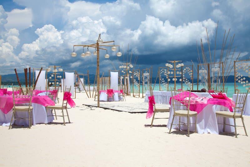 Het huwelijksopstelling van het strand royalty-vrije stock afbeeldingen
