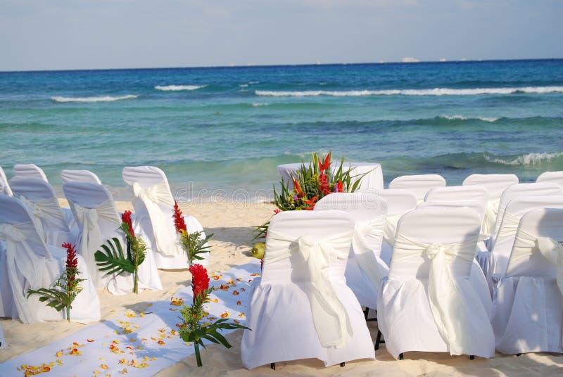 Het huwelijksstoelen die van het strand op gasten wachten stock afbeeldingen
