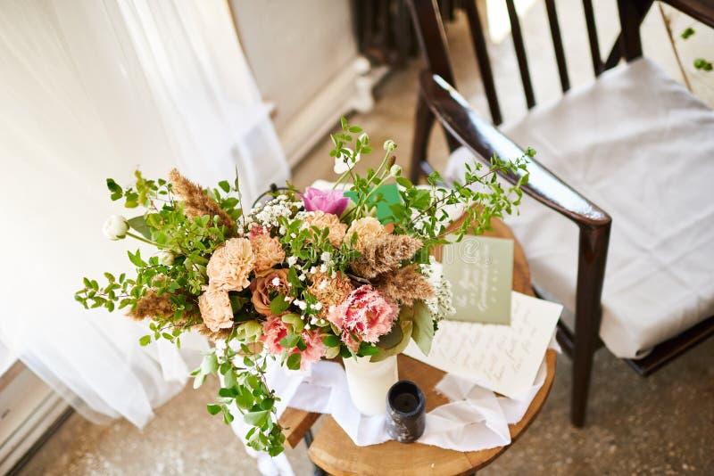 Het huwelijkstoebehoren van de huwelijksbruid Bloem, decor en stoel stock foto