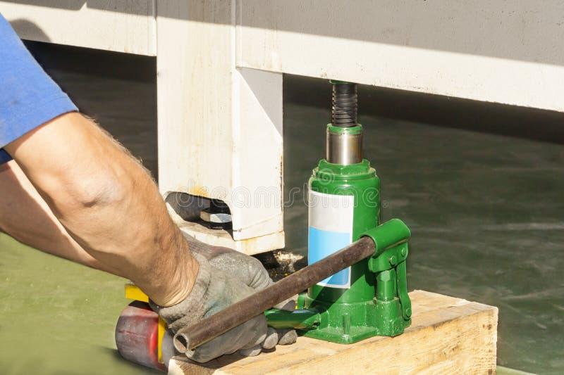 Het hydraulische vloerhefboom opheffen stock afbeelding