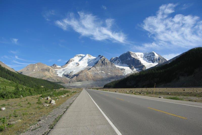 Het Icefieldsbrede rijweg met mooi aangelegd landschap en zet Alberta, Jasper National Park, Alberta op stock foto