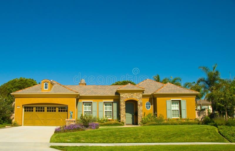 Het ideale Enige Huis van het Verhaal in een Perfecte Gemeenschap stock afbeelding
