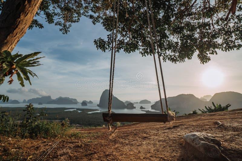 Het idealistische idee van rust Schommeling met het verbazen ziet eruit Weergeven van de Baai van Phang Nga, Thailand De Epische  royalty-vrije stock afbeeldingen