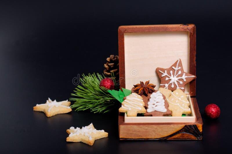Het idee DIY doet het zelf nieuwe jaar en Kerstmis boter de suikerkoekjes van het giftconcept met koninklijke suikerglazuurdecora royalty-vrije stock afbeeldingen