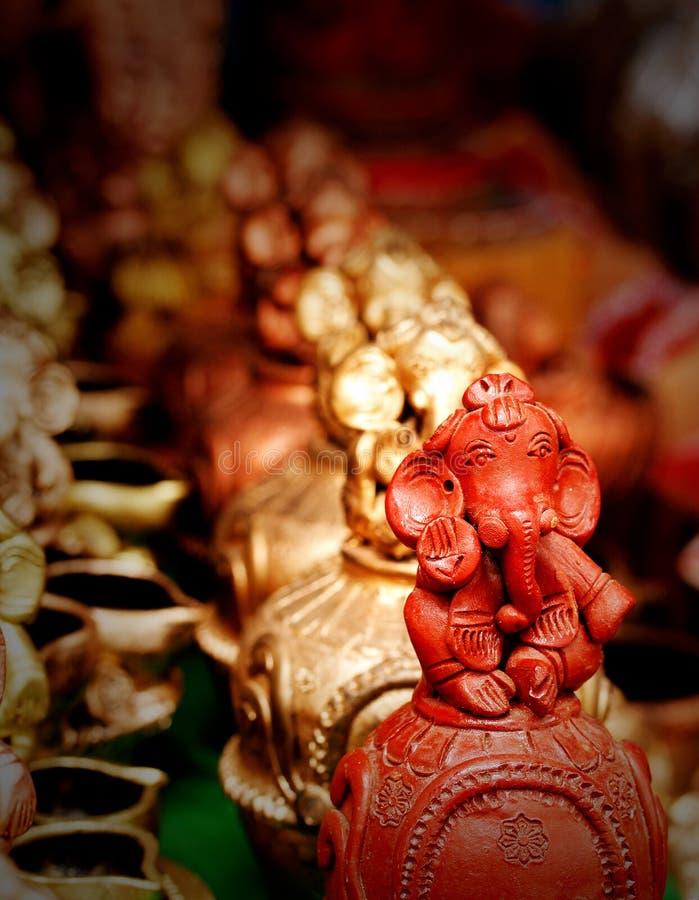 Het idool van Lord Ganesh dat van klei en geschilderd rood wordt gemaakt stock afbeelding