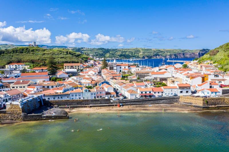 Het idyllische strand Praia en de azuurblauwe baai Baia doen Porto Pim Vestingwerken, muren, poorten, rode daken van historische  stock foto's