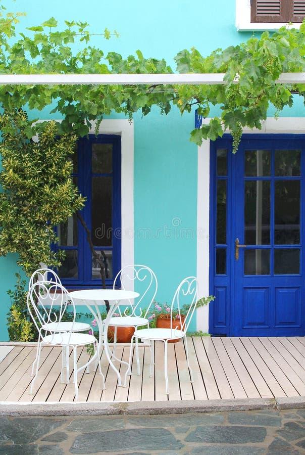 Het idyllische witte meubilair van het tuinterras stock fotografie