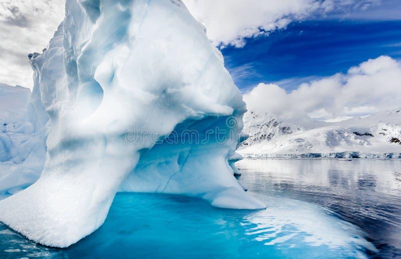 Het ijs bergs leidt tot natuurlijke schoonheid in Antarctica royalty-vrije stock afbeelding