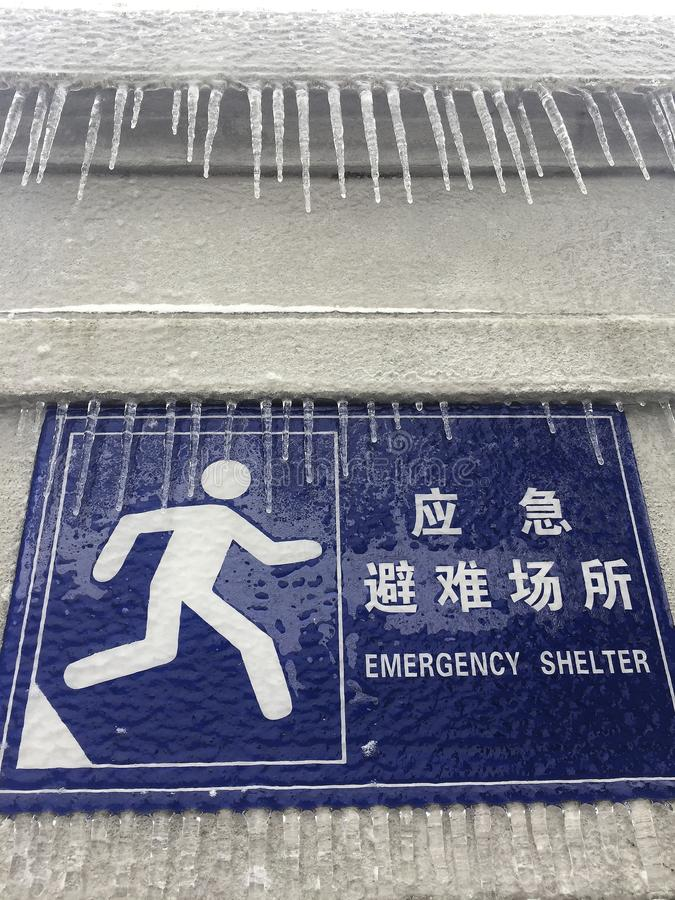 Het ijs hangt op het teken stock afbeelding
