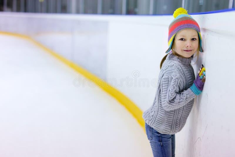 Het ijs van het meisje het schaatsen stock fotografie