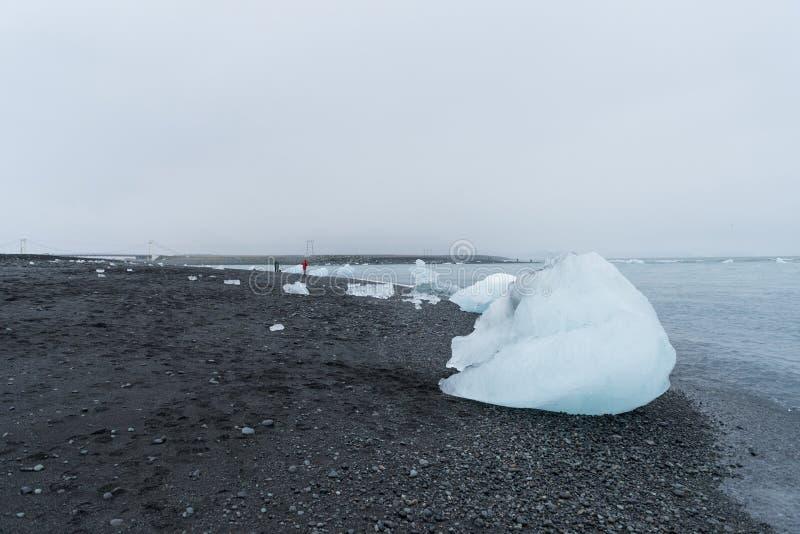 Het ijs wordt terzijde geschoven op het zwarte zandstrand in Diamond Beach royalty-vrije stock fotografie