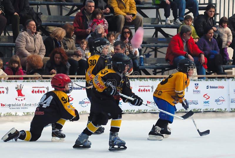 Het ijshockeyspelers van de jeugd in actie stock afbeelding