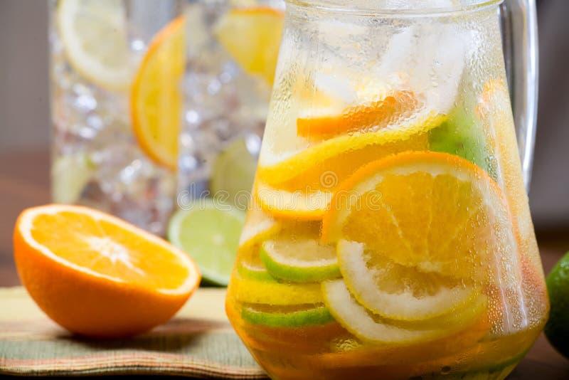 Het ijswater van de citrusvrucht stock afbeeldingen