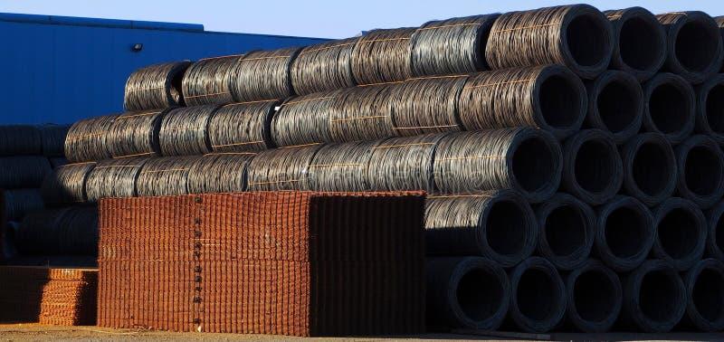Het ijzer en de ijzerhoudende ruwe producten buiten het wachten van de staalfabriek om te zijn verzenden naar kopers royalty-vrije stock afbeelding