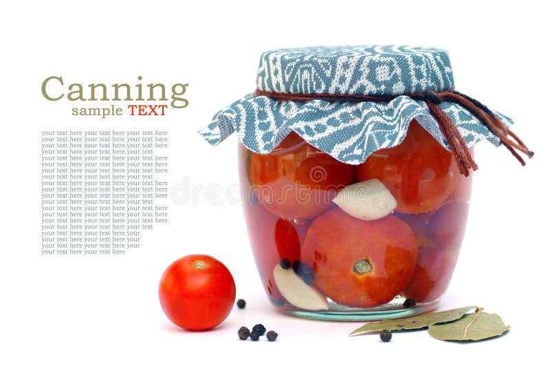 Het inblikken van tomaten stock afbeelding