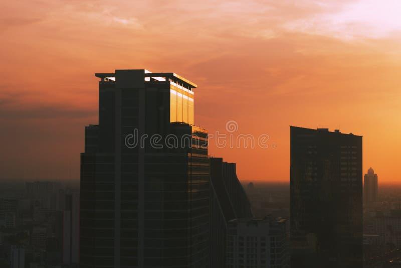 Het inbouwen van het centrale bedrijfsdistrict van de stad en de zonsondergangachtergrond stock foto's