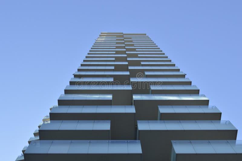 Het inbouwen van Milaan met blauwe hemel stock foto's
