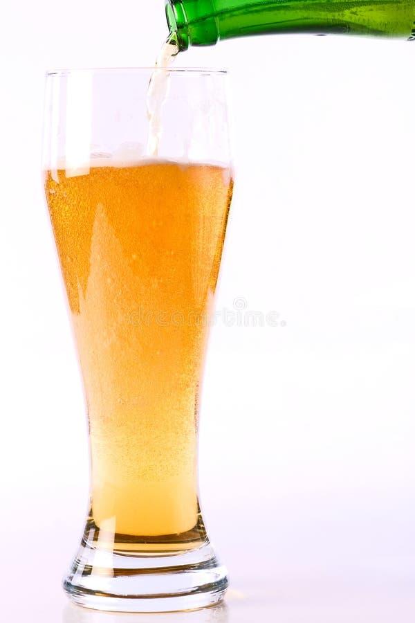 Het indienen van een glas bier stock afbeeldingen