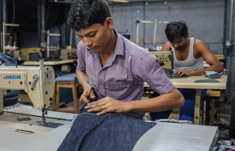Het Indische arbeiders naaien stock foto