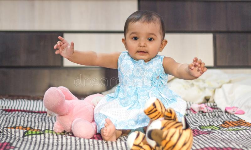 Het Indische babymeisje spelen met speelgoed stock foto's