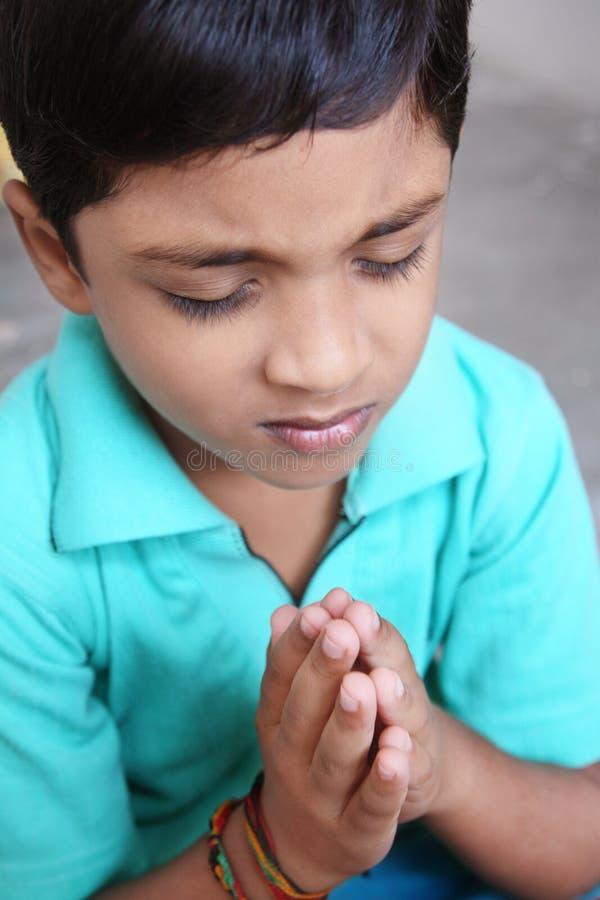 Het Indische Bidden van Little Boy stock afbeelding