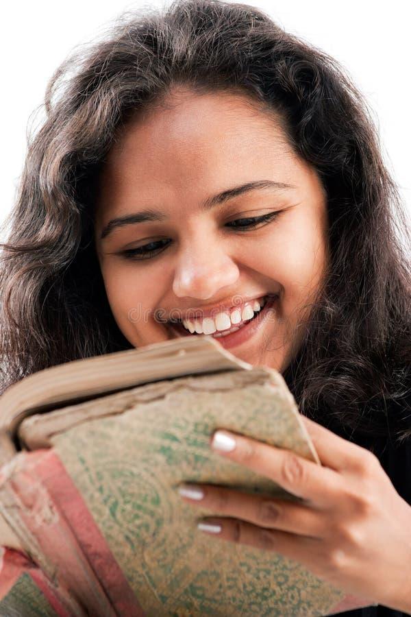 Het Indische boek van de meisjes enjoing lezing stock foto