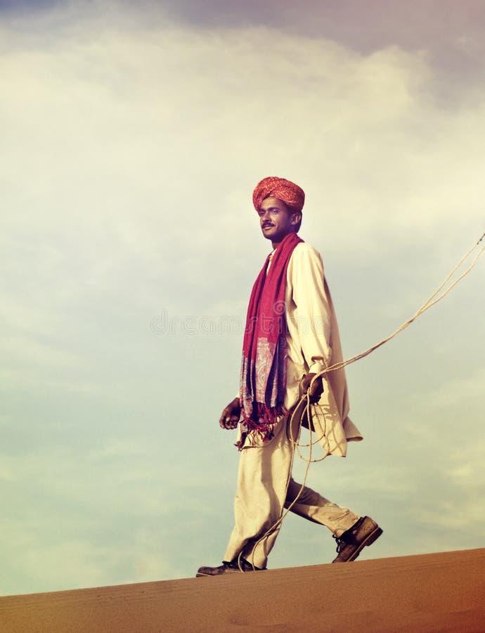Het Indische Concept van de de Woestijnreis van de Mensenkameel royalty-vrije stock foto's
