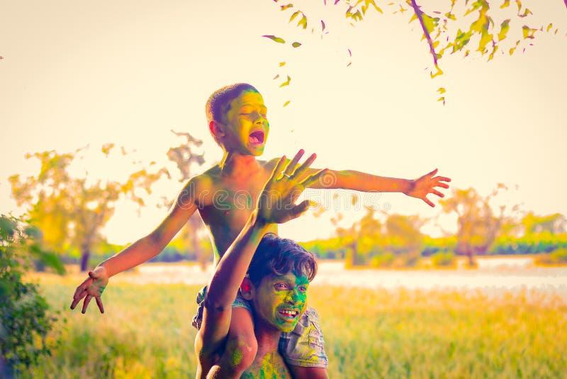 Het Indische kind spelen met de kleur in holifestival royalty-vrije stock foto