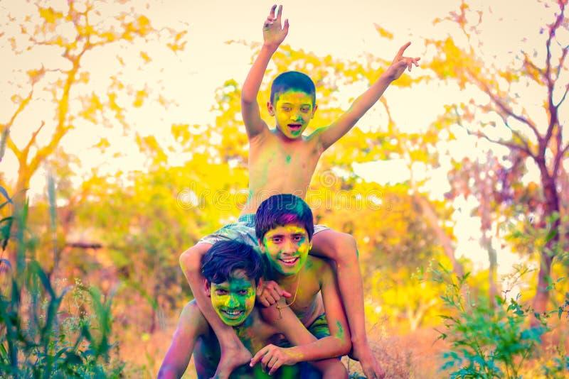 Het Indische kind spelen met de kleur in holifestival royalty-vrije stock afbeelding