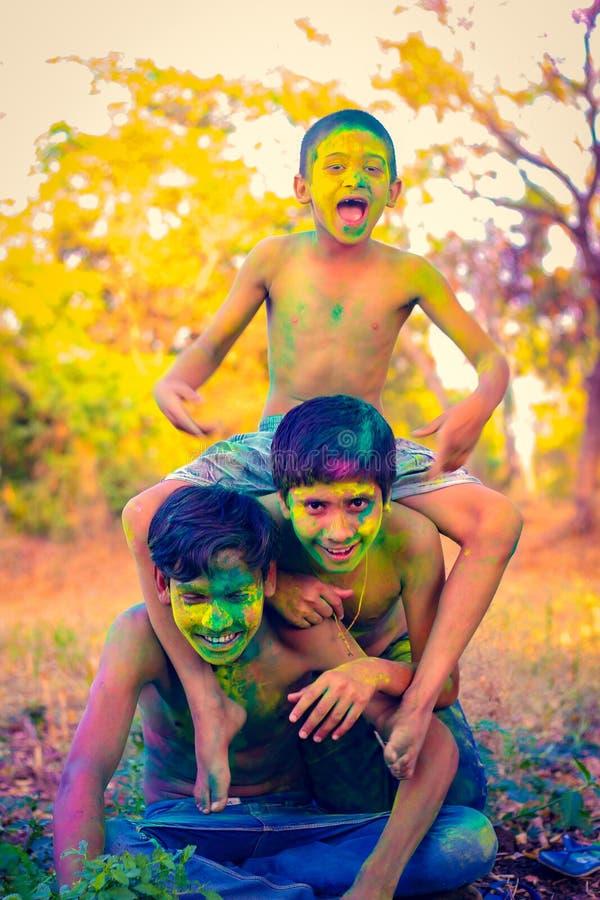Het Indische kind spelen met de kleur in holifestival royalty-vrije stock foto's
