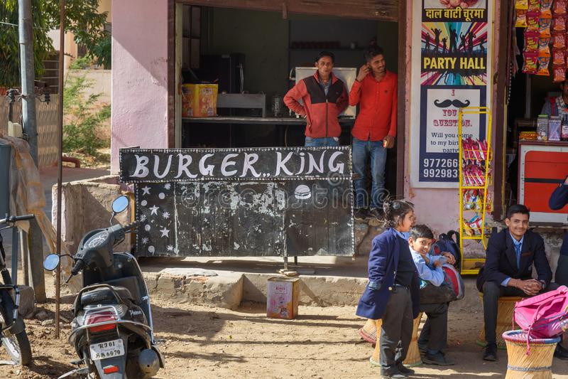 Het Indische lokale Buger-restaurant van het Konings snelle voedsel in Ajmer India stock afbeelding