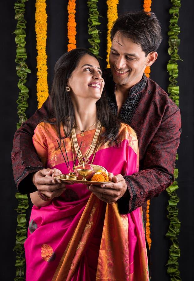 Het Indische maharashtrian jonge paar in traditionele slijtage in namaskara stelt royalty-vrije stock afbeeldingen