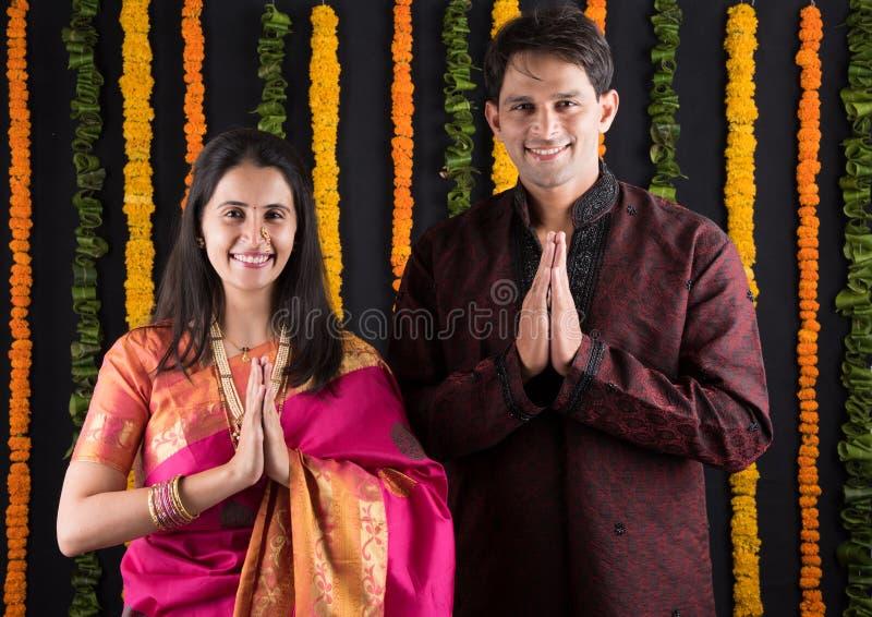 Het Indische maharashtrian jonge paar in traditionele slijtage in namaskara stelt stock foto's