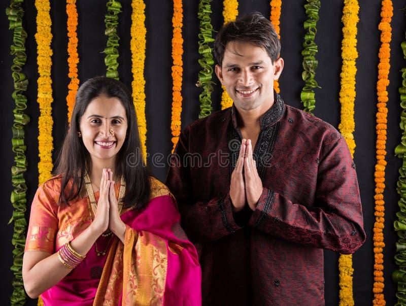 Het Indische maharashtrian jonge paar in traditionele slijtage in namaskara stelt stock afbeelding