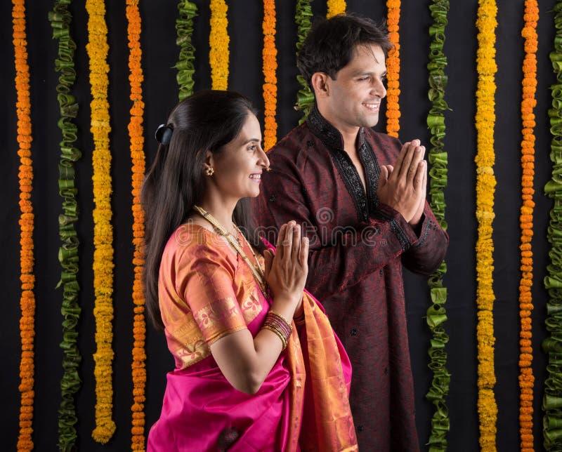 Het Indische maharashtrian jonge paar in traditionele slijtage in namaskara stelt royalty-vrije stock fotografie