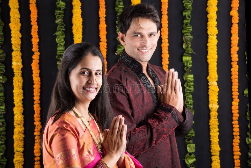 Het Indische maharashtrian jonge paar in traditionele slijtage in namaskara stelt stock fotografie