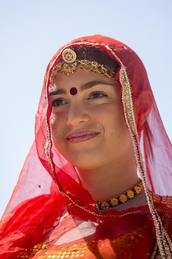 Het Indische meisje die traditionele Rajasthani-kleding dragen neemt aan Woestijnfestival deel in Jaisalmer, Rajasthan, India stock foto