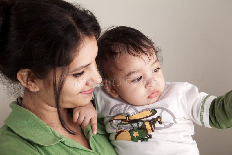 Het Indische moeder en baby glimlachen royalty-vrije stock foto