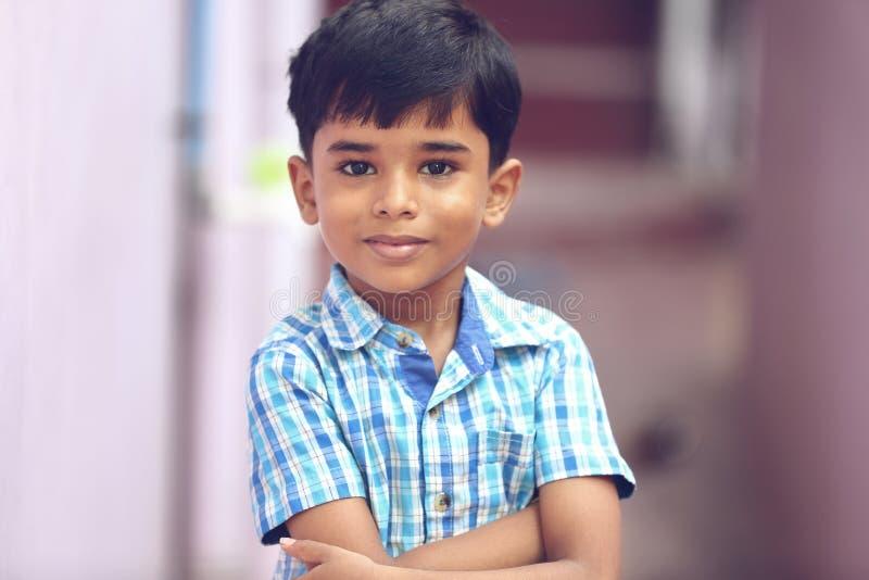 Het Indische Stellen van Little Boy aan camera stock afbeelding