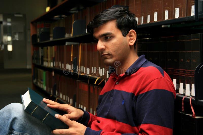 Het Indische student bestuderen. stock foto's
