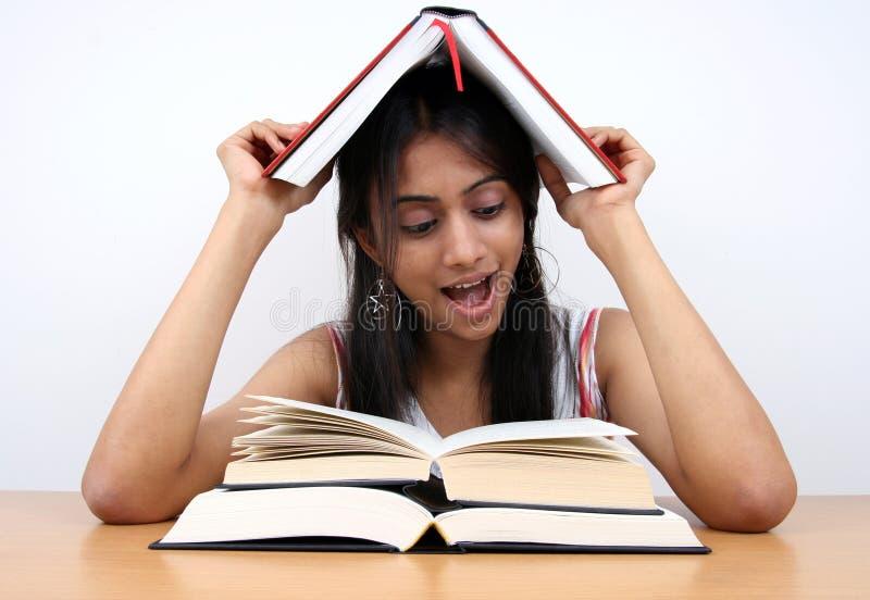 Het Indische student bestuderen. royalty-vrije stock fotografie
