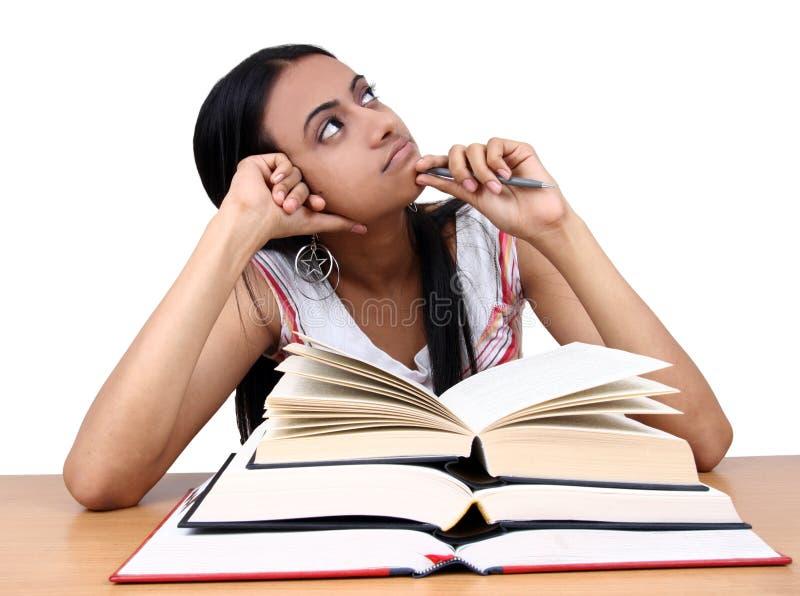 Het Indische student bestuderen. stock foto